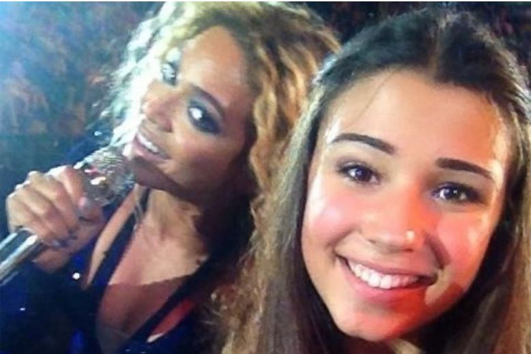 Beyoncé photobombs selfie