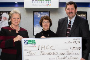 Dakota Electric Donates $10,000 to Inver Hills